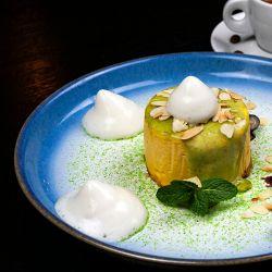 Суфле из манго на подложке из орехового печенья с фисташками и муссом из кокосового молока