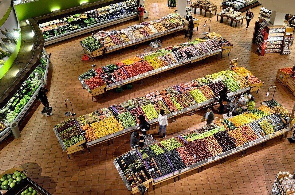 Россияне впервые за 8 лет стали тратить половину бюджета на еду