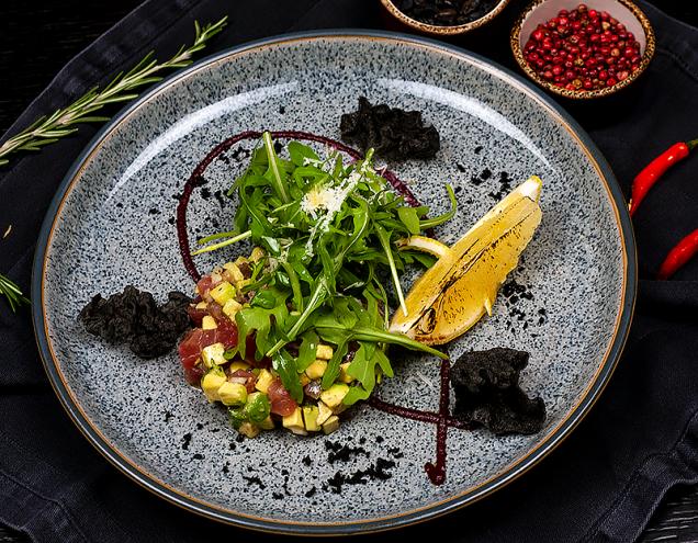 Тартар из тунца с авокадо и  свекольным песто
