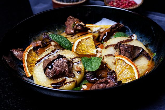 Теплый салат с куриной печенью, яблоками в карамели, пюре из  хурмы и салатным миксом