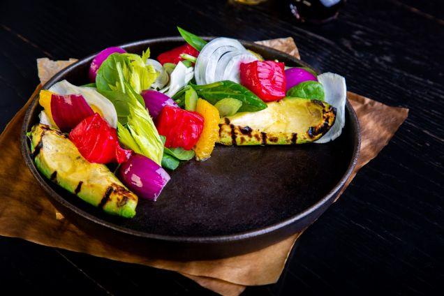 Теплый салат с лососем и авокадо гриль