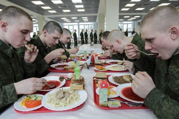 В День России военнослужащим приготовили праздничное меню