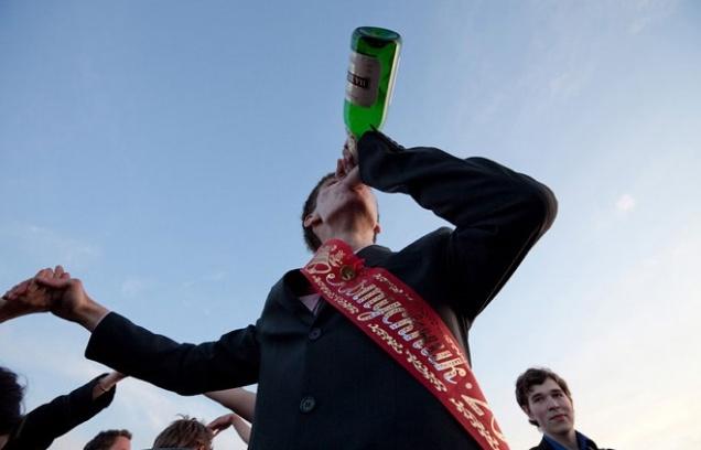 Школьникам запретили закапывать алкоголь на выпускной