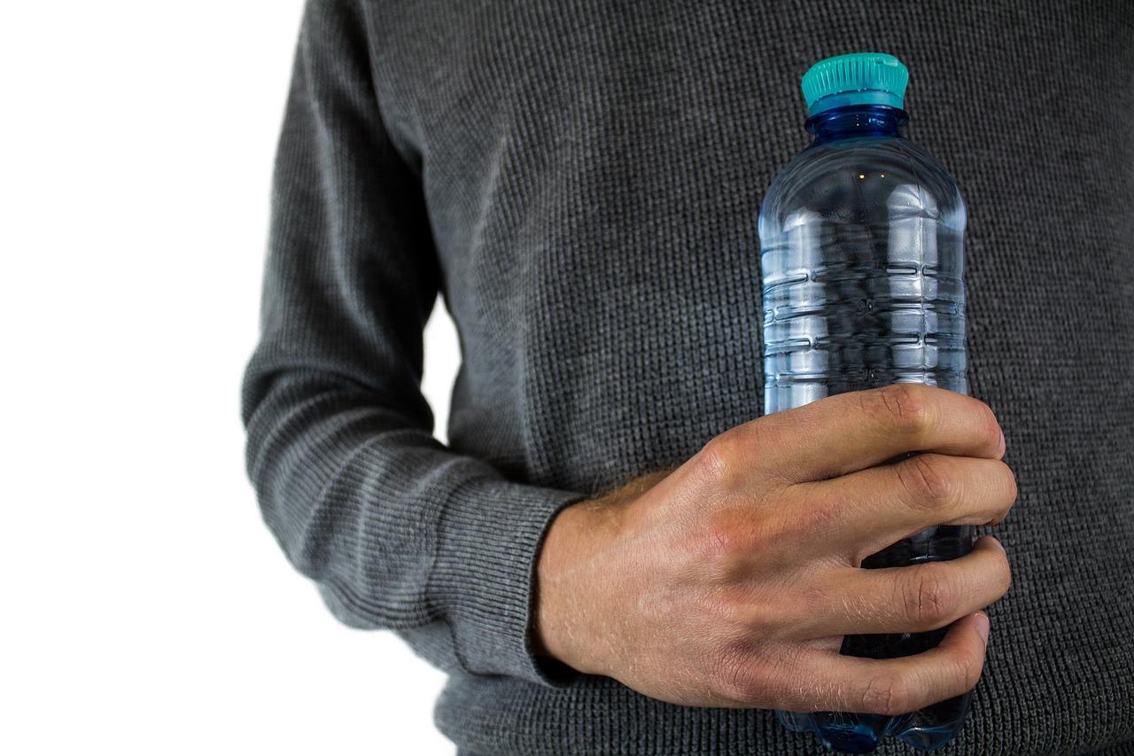 Потребители перестают есть мясо и покупать воду в бутылках
